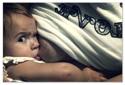 Кормить ребенка грудью можно только после того, как он поест кашу.
