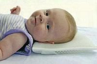 Что положить под голову младенцу во сне?
