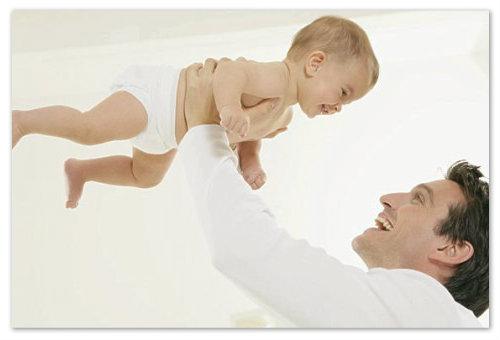Папа подбрасывает ребенка