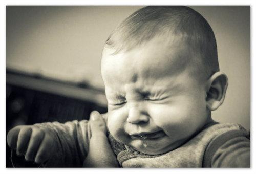 Ребенок чихает.