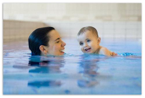 Мама с ребенком в бассейне.