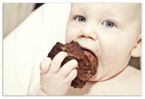 Кушает торт.