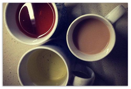 Кружки с чаем.