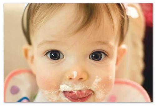 Ребенок кушает.