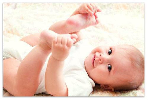 Ребенок с задранными ножками.