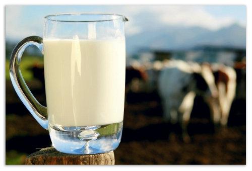 Графин с молоком.