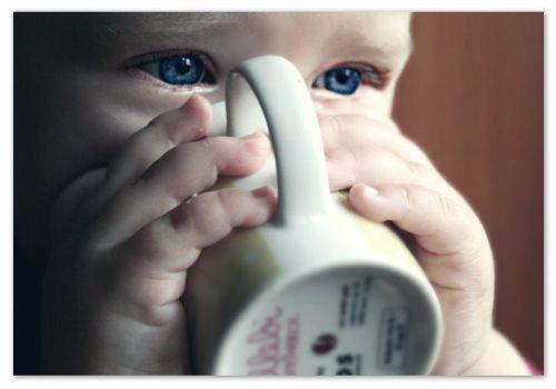 Ребенок пьет.