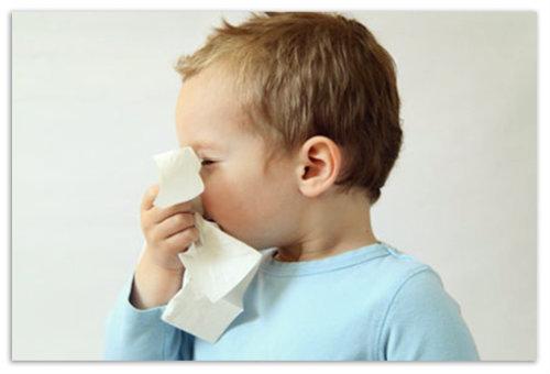 Ребенок с носовым платком.