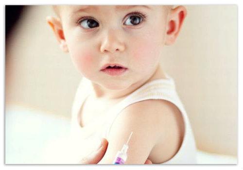 Ребенку ставят прививку.