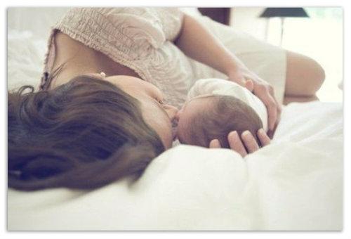 Лежит с мамой.