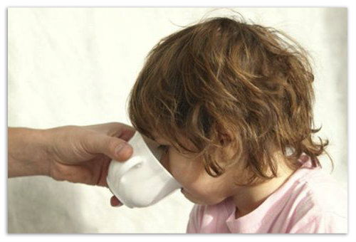 Девочка пьет водичку.