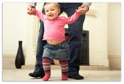 Девочка учится ходить.