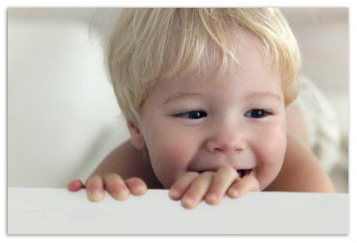 Мальчик улыбается.