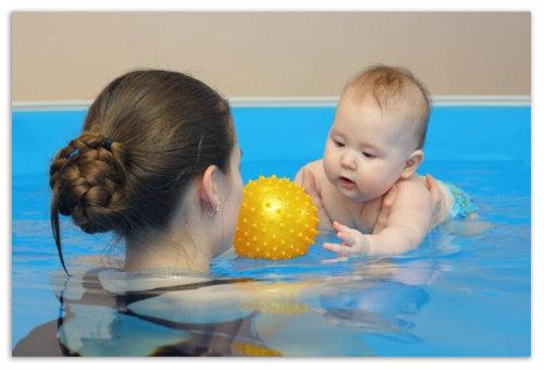 Бассейн для детей. Плаваем с мамой.