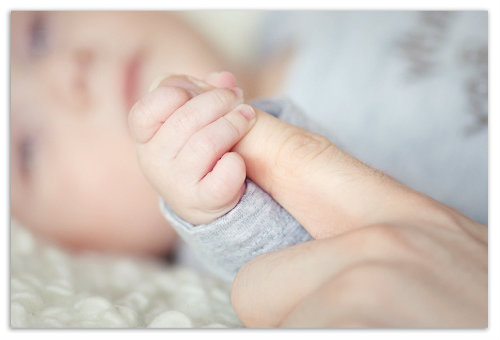 Держимся за палец мамы