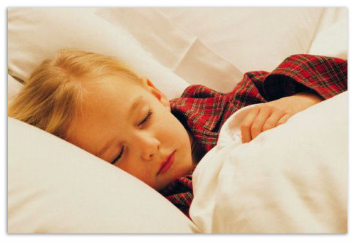 Девочка спит в постели