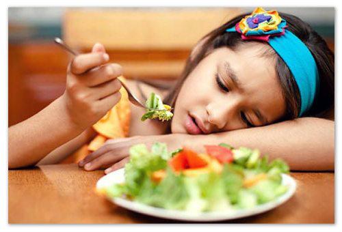 Девочка с тарелкой овощей