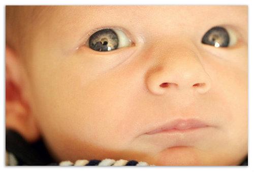 Мальчик смотрит в камеру