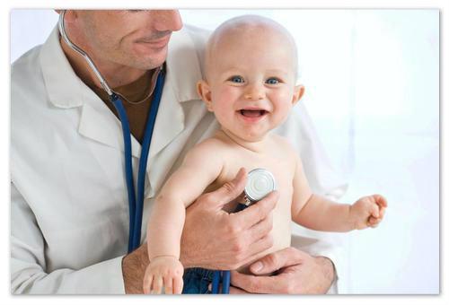 Младенец на осмотре у доктора.