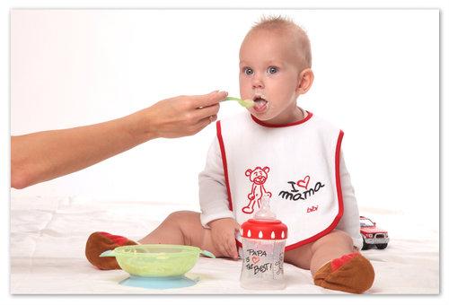 Ребёнок кушает кашу.