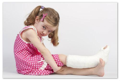 Девочка со сломанной ногой.