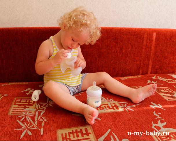 Ребёнок изучает прибор.